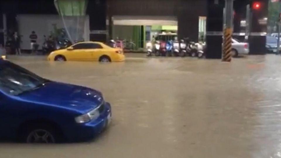 強颱掃過再灌雨! 高雄市淹水 20萬住戶缺水