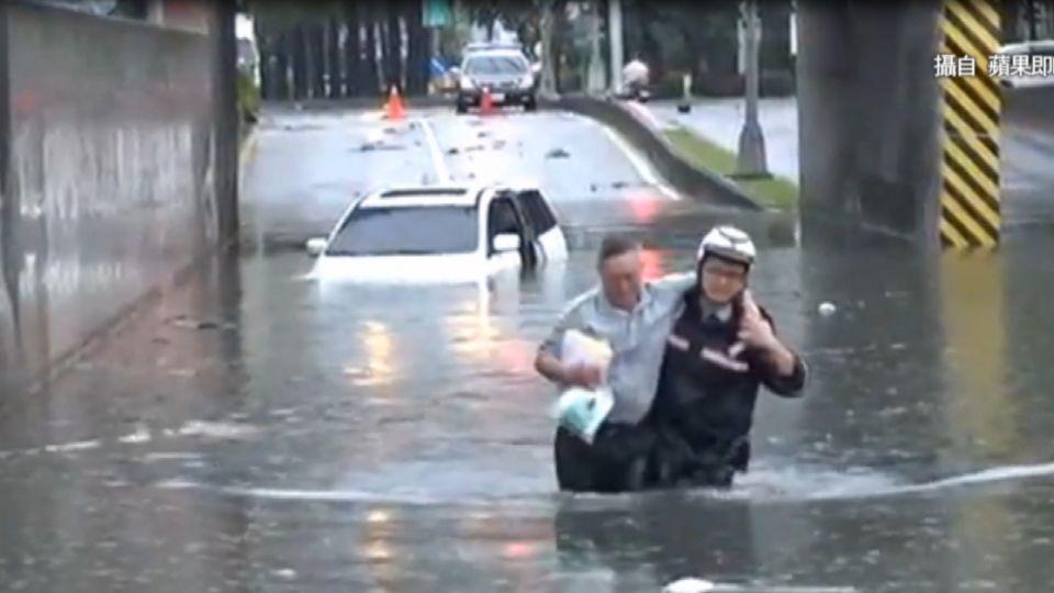積水硬闖涵洞險滅頂 勇警下水救人