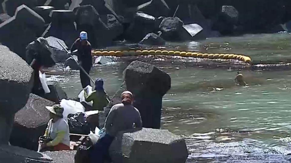 10噸臭油污西子灣 擱淺漁船持續抽油