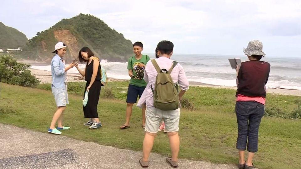 馬勒卡逼近! 宜蘭情人灣、烏石港警戒 遊客險觀浪