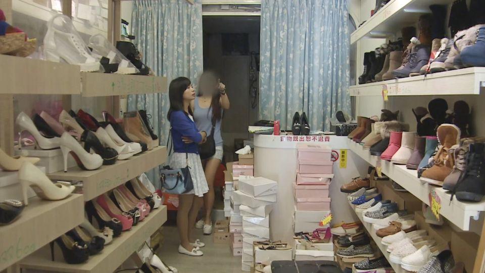 60元出清鞋被買一「摸」一? 婦帶女兒道歉:誤會
