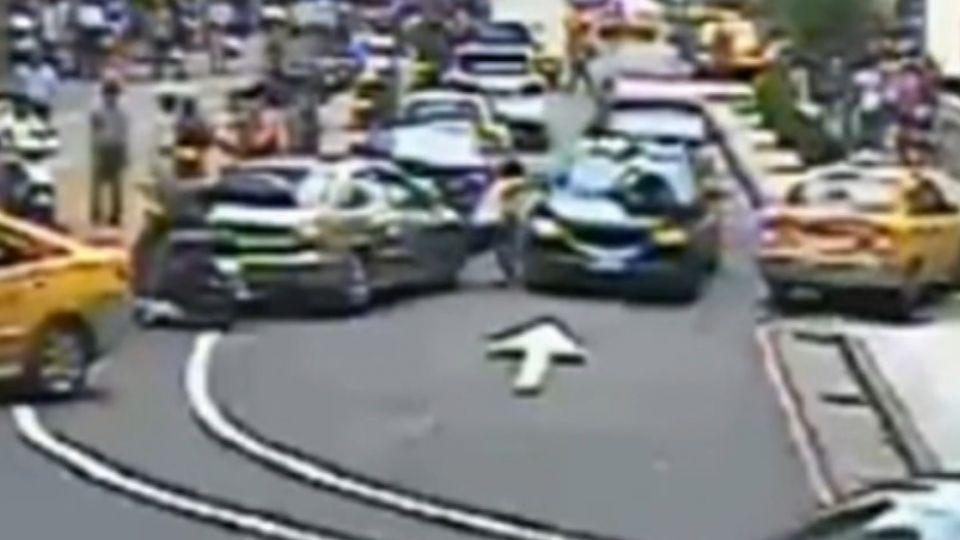 「你下車」! BMW逆向衝撞 男跳上引擎蓋