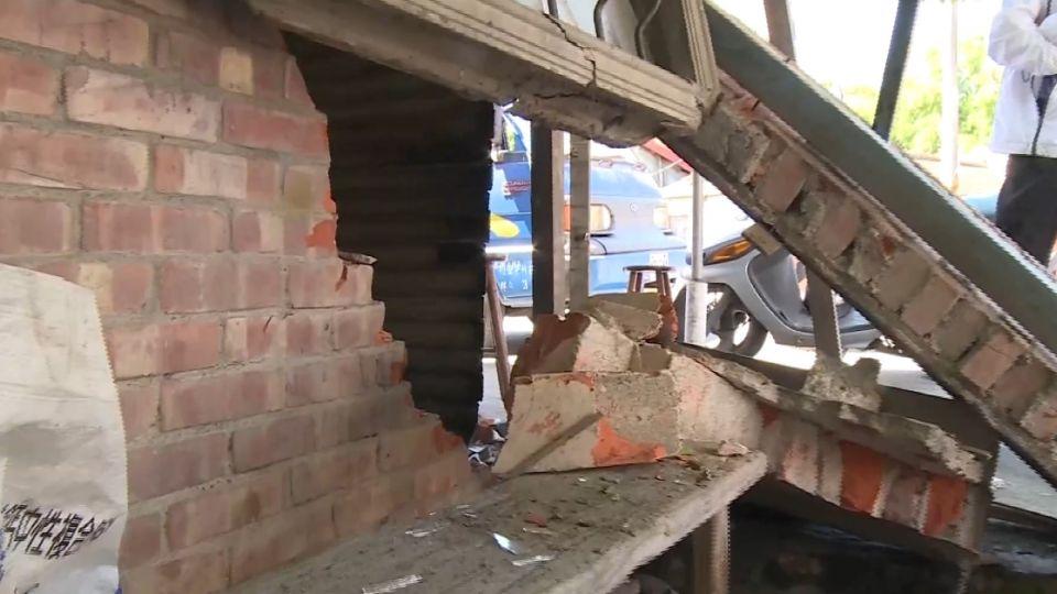 半夜轎車撞進屋駕駛落跑 屋主:家像被炸過