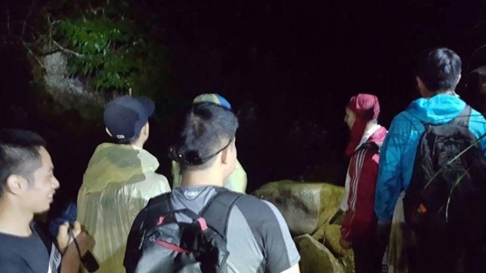 九登山客沒帶燈迷路 消防摸黑登加里山救援
