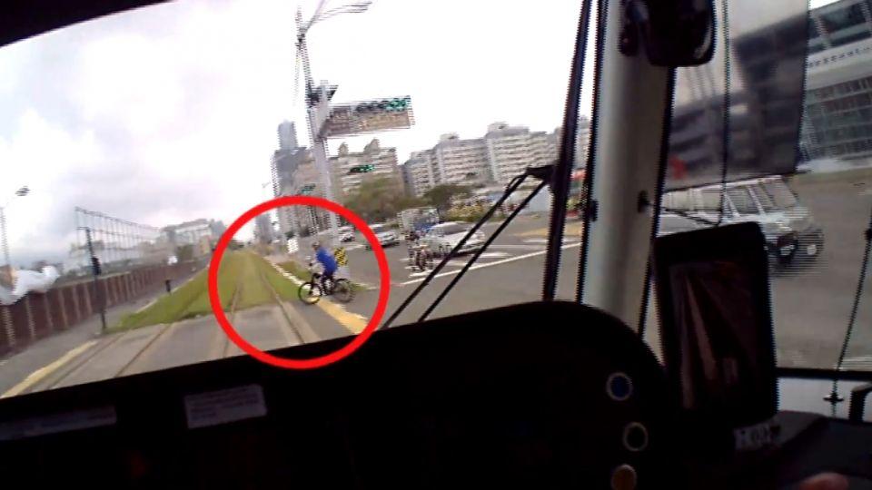 高雄輕軌首宗撞傷人意外 單車翁穿越軌道撞傷