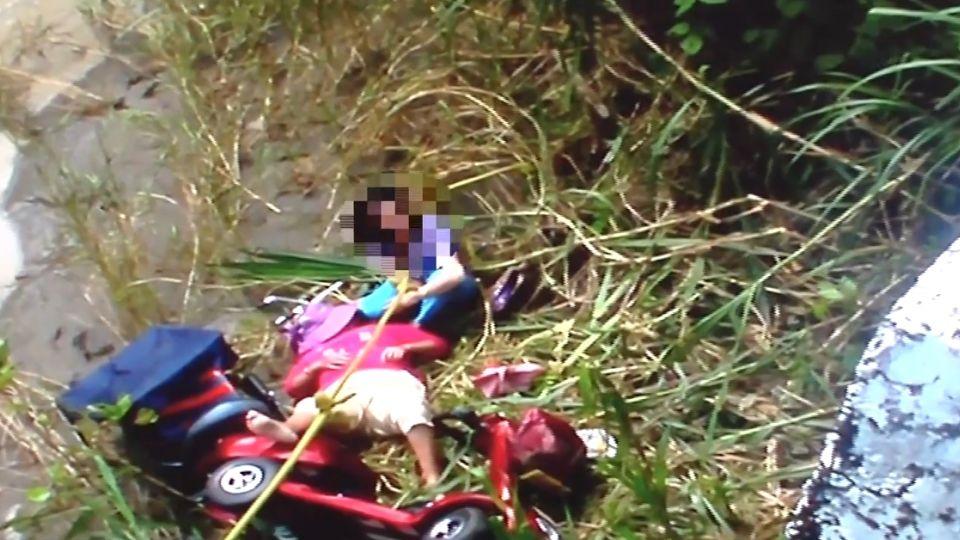 女兒教八旬母騎電動車 意外摔六米深橋底