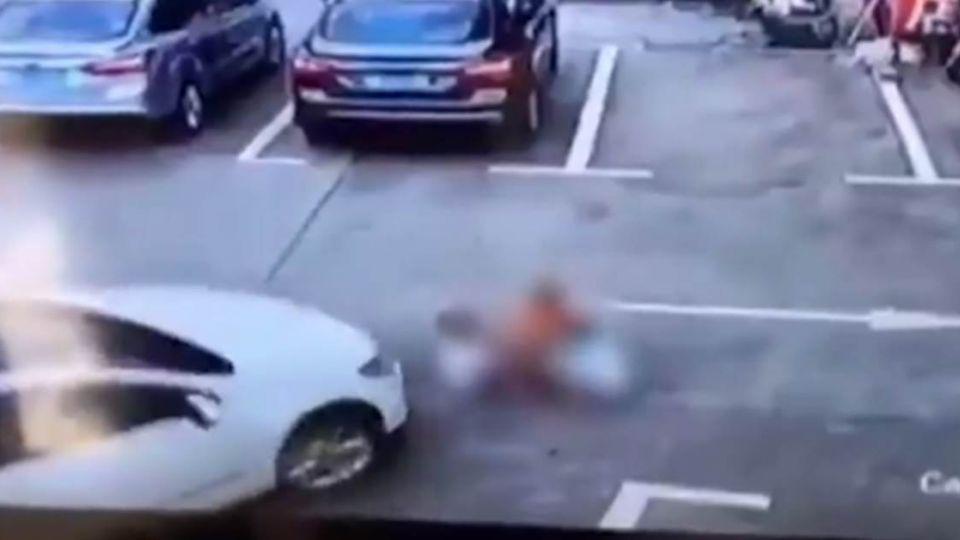 【影片】疑邊開車邊滑手機 女駕駛直接朝3童輾過去