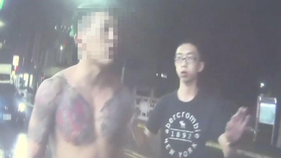 「要不要打」醉男大鬧街頭 「鷹爪功」襲警踹警車