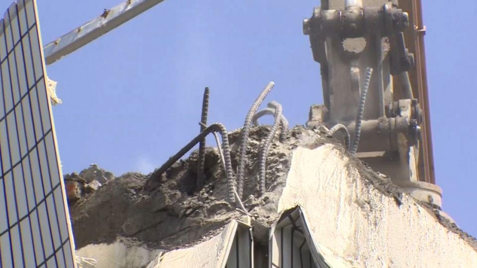 又是文心路!拆大樓…鐵條從天降 插爆機車頭