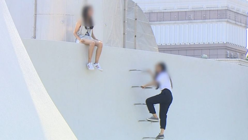 歌劇院淪遊樂園!童爬曲牆跳高 空中花園玩攀岩