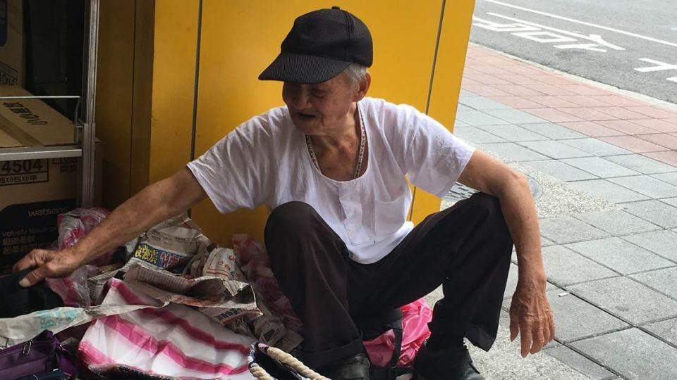 《予馨採訪日記》82歲徐爺爺擺攤賣包包 心願:17歲兒好好讀書