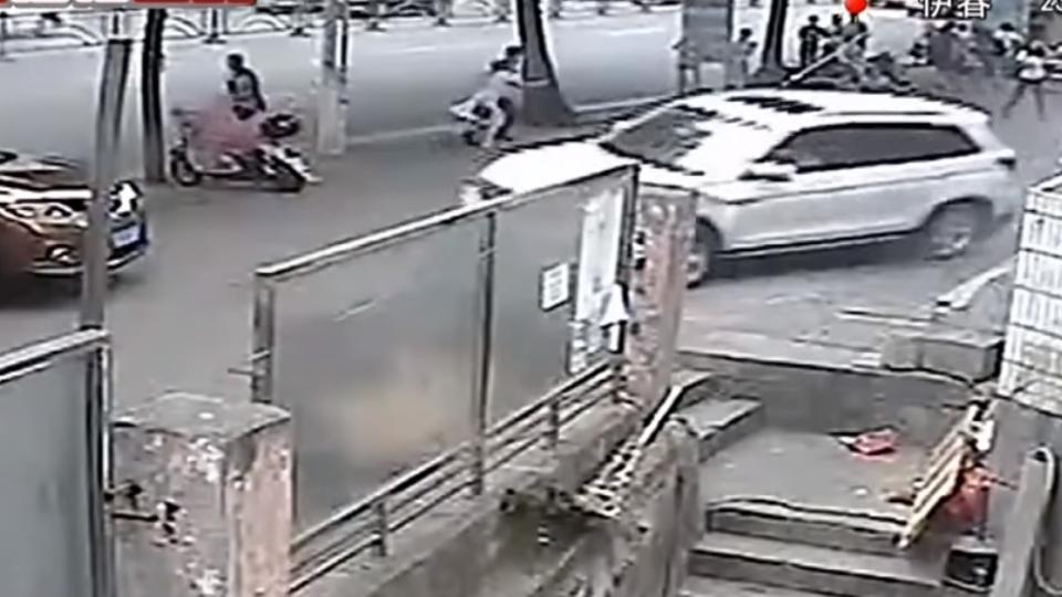 開車「穿拖鞋」腳滑 原地打轉兩圈撞傷6人