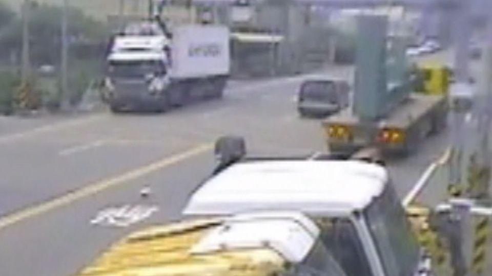 大貨車載超高鋼材 撞毀路口贓車辨識系統