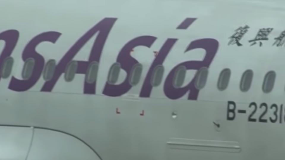 復航班機充氣「逃生梯」彈出 延誤旅客行程