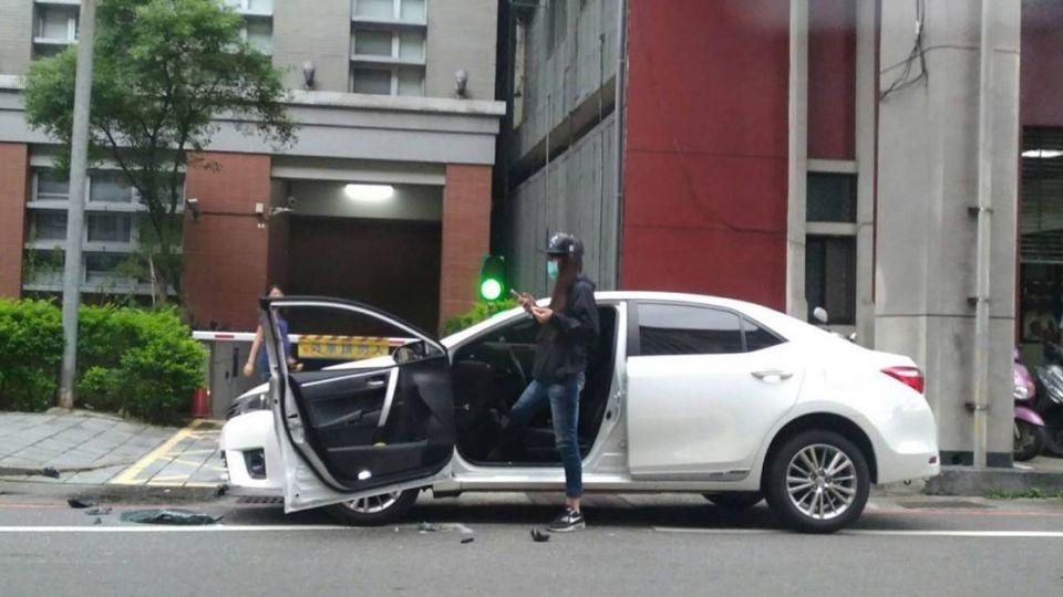 馬路三寶?車門「平貼車頭」 網友歪樓:她為何開車戴安全帽