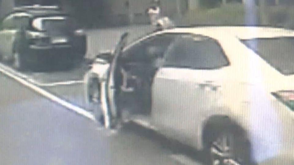 女駕駛違停「未兩段式開門」 車門遭公車撞毀