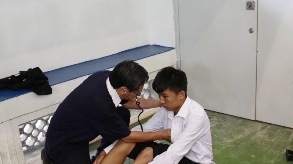 運動會舉牌學生昏倒 涂醒哲幫看診全程錄影