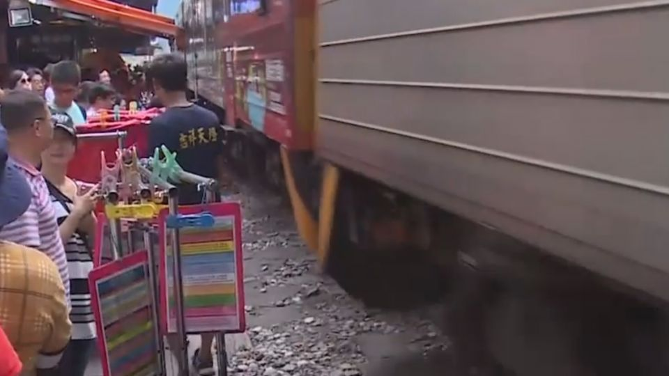 亂象!遊客鐵軌放天燈 火車經過驚險直擊