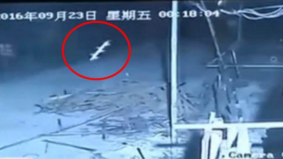 【影片】空中驚見柱狀白光疑UFO!上千動物集體慘叫 監視器竟錄到…