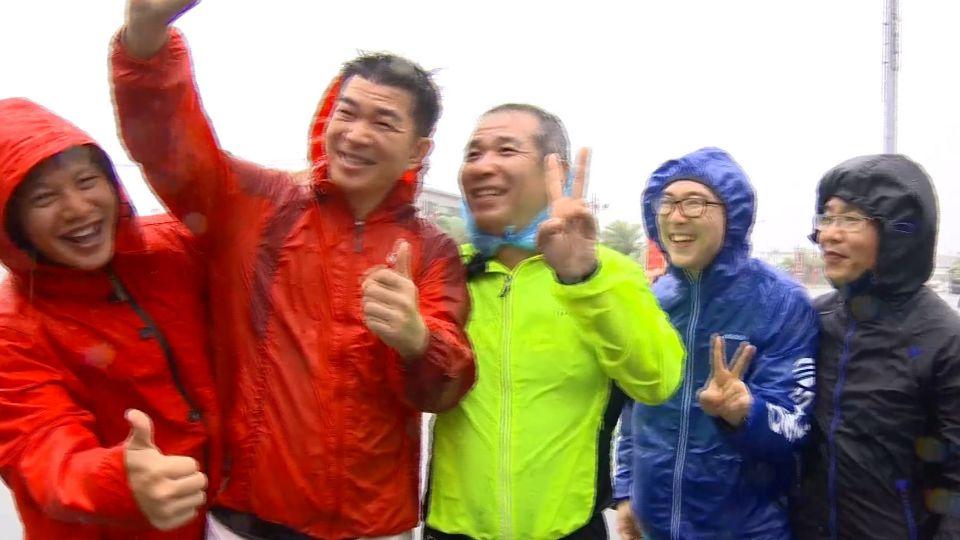 花蓮市區風雨增強 星國遊客「觀浪行」喊卡