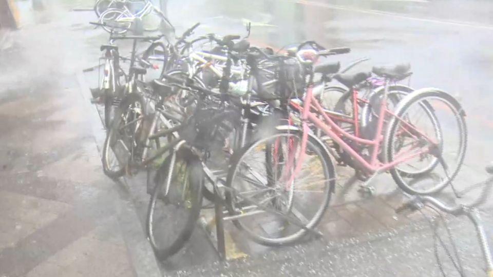 羅東風勢驚人!車站腳踏車倒一排 記者站不穩