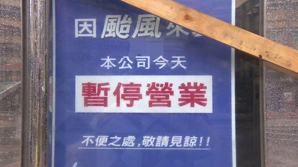 百貨僅剩京華城營業 櫃員「抱柱」險遭吹走