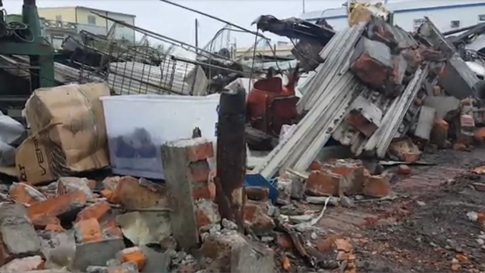 強風吹襲 東港老屋轟一聲全倒 牆碎一地