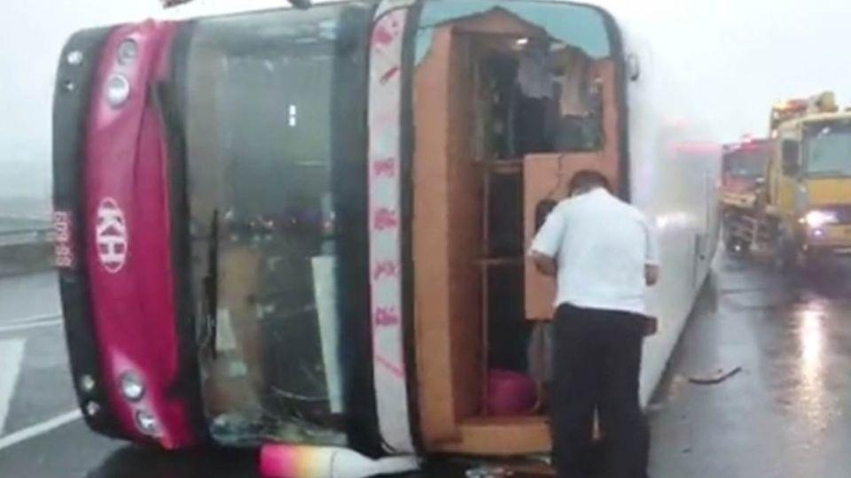 梅姬風勢強勁吹翻遊覽車 日本遊客驚魂9人傷