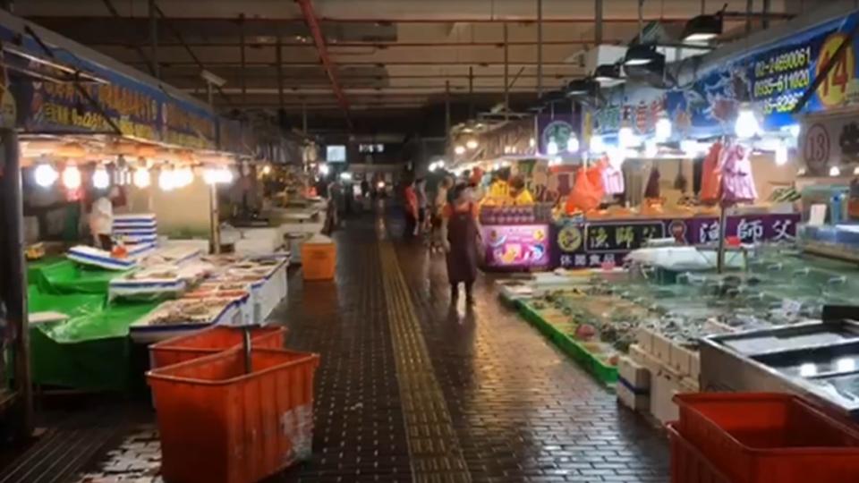 颱風天搶便宜 八斗子攤商營業顧客搶便宜