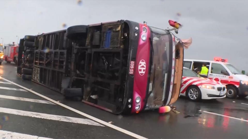 颱風吹翻遊覽車!日本遊客驚魂 9人傷