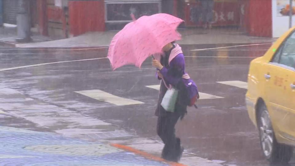 被罵翻!颱風天京華城硬要開 營業兩小時急關門