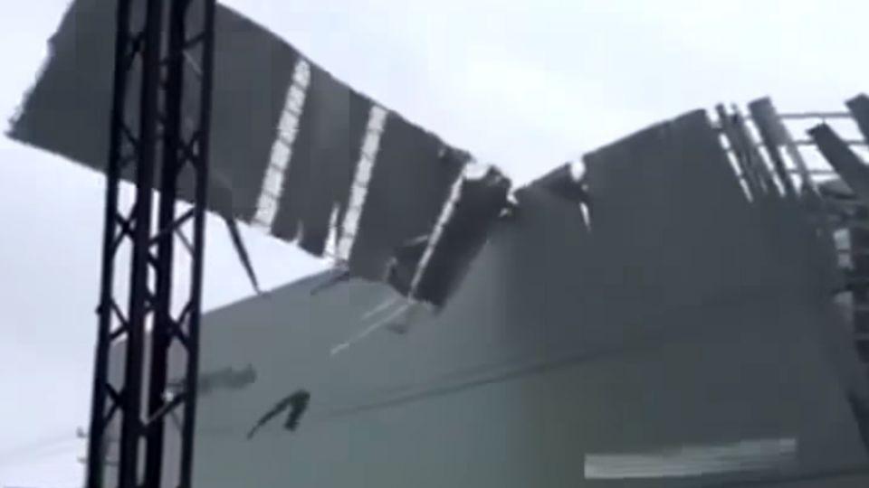 狂風瞬間掃 頂樓加蓋屋頂窗戶全吹飛