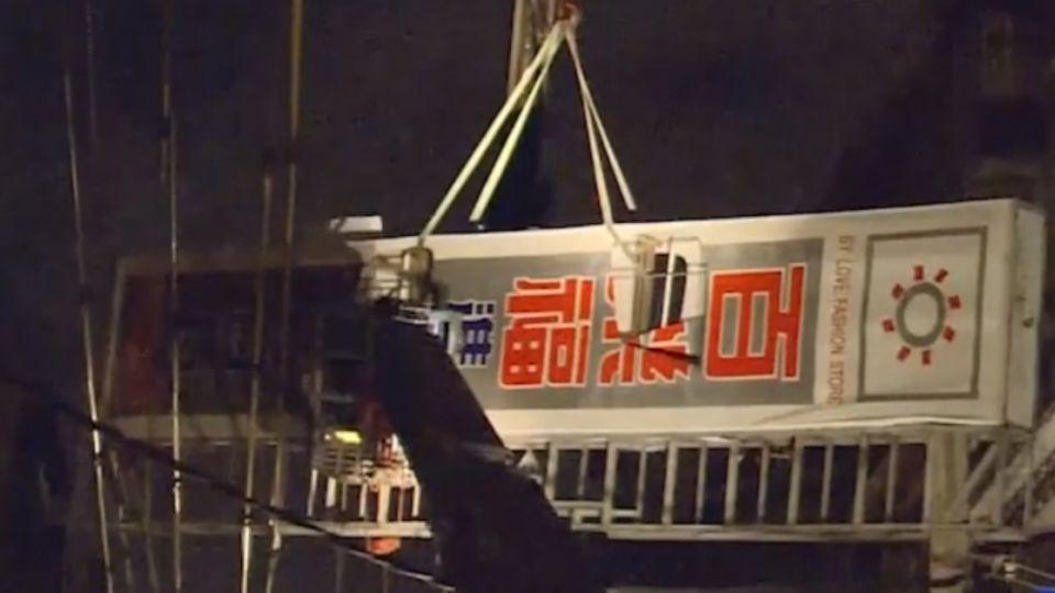 險!颱風夜意外多 招牌鐵皮從天降砸車 卡電線