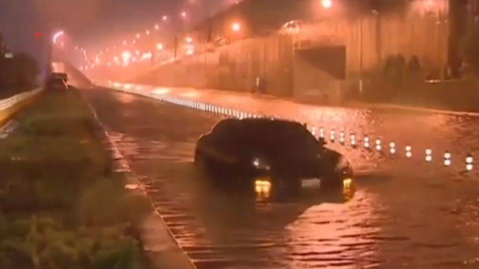 高雄旗楠路水淹數百公尺 百萬名車拋錨