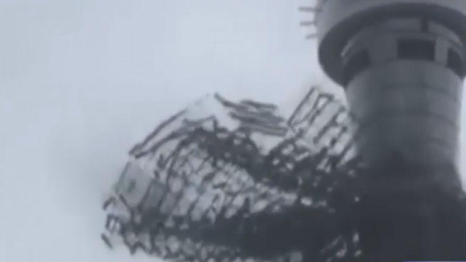 驚!2千鷹架從天而降 壓毀1車2人受傷