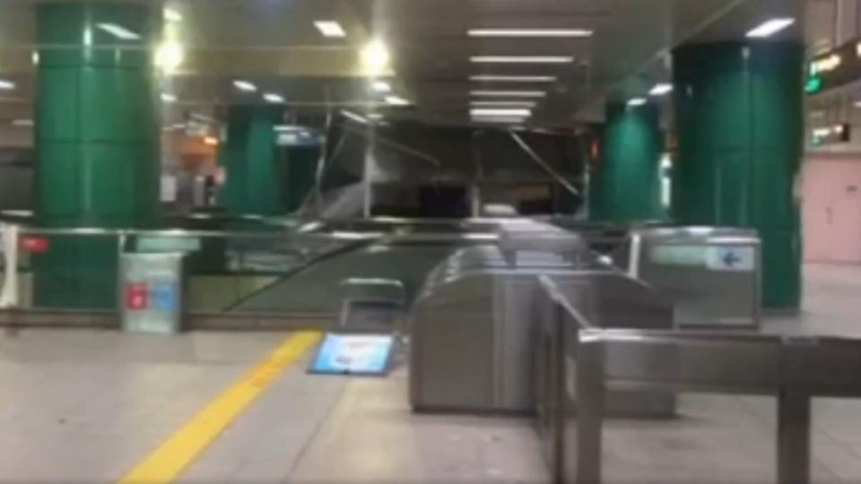 強風襲擊 新店捷運站天花板吹落破大洞