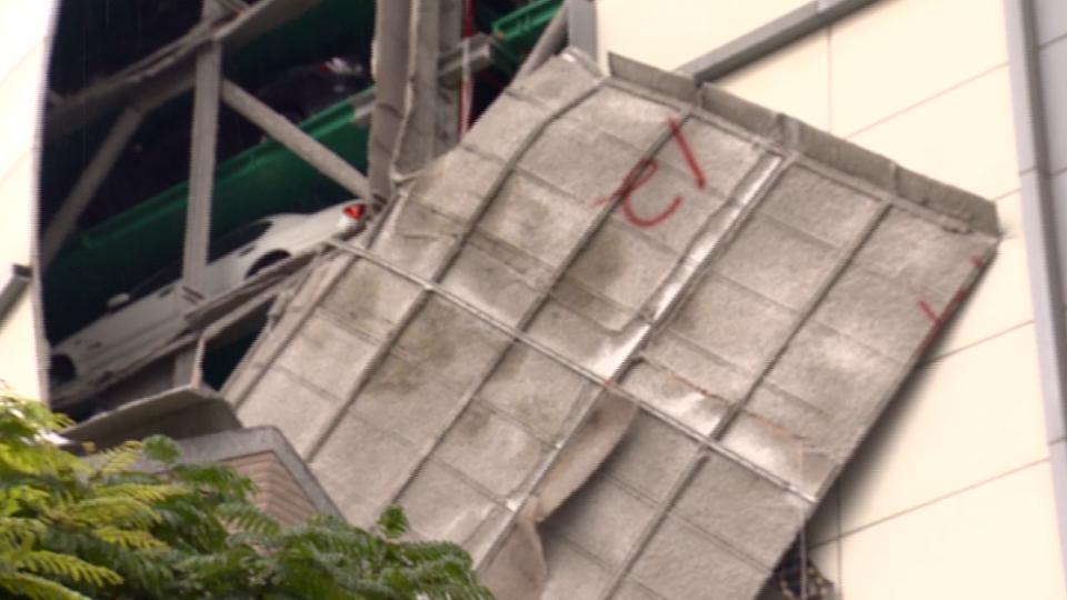 梅姬颱風威力強 立體停車場遭掀一層皮
