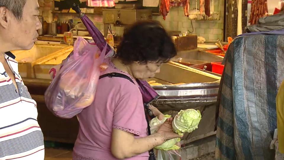 預期颱風菜價飆?民眾湧入市場搶買菜