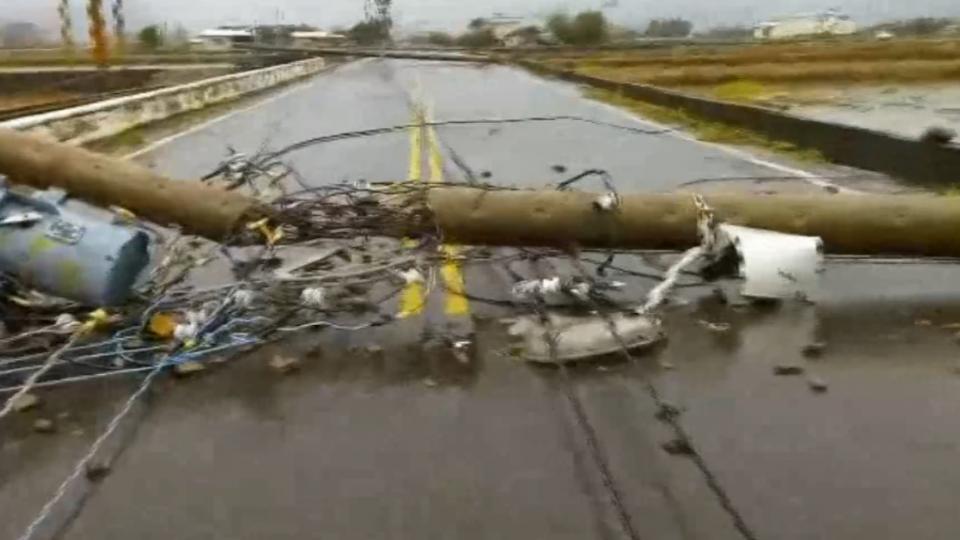 風災過後... 三星鄉電桿橫躺路中 七賢村泥沙淤積