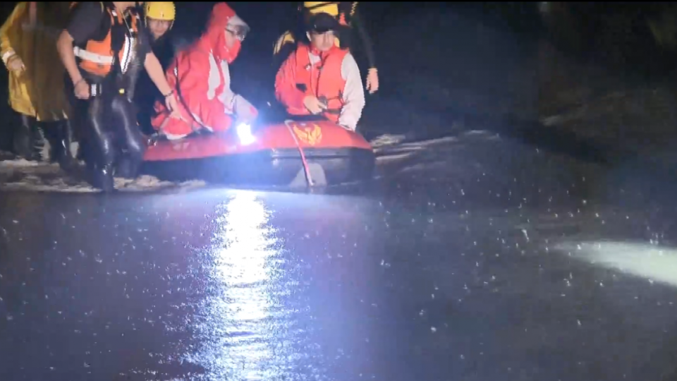 田寮淹水居民受困 救難隊挺進救援