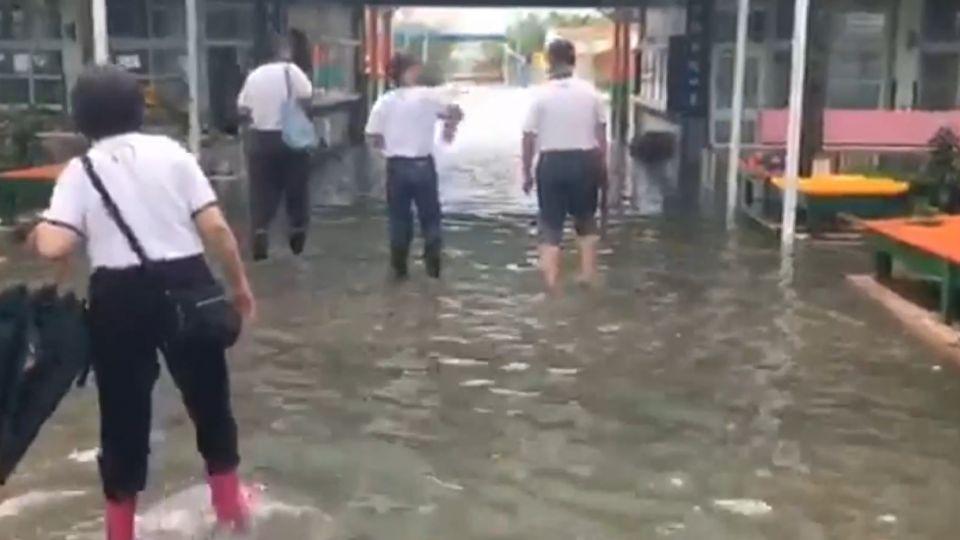 台南還在淹水! 23校停課 民宅水淹膝蓋