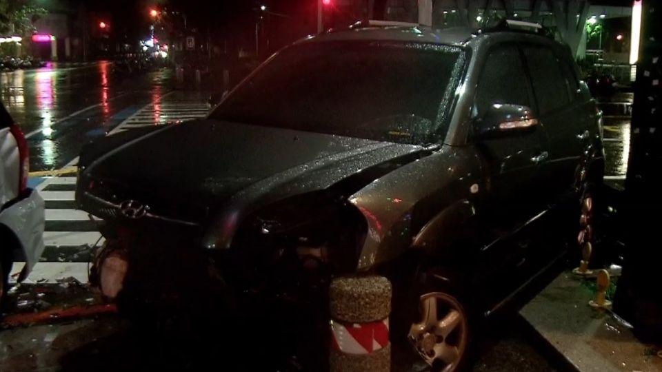 駕駛雨夜未開燈 疑闖紅燈衝撞兩車釀四傷