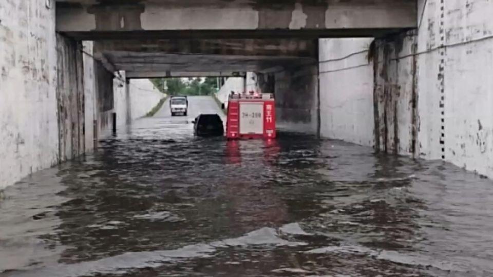 風狂雨大! 休旅車陷下水道 蘇澳燈塔斷頭、堤防遭打斷