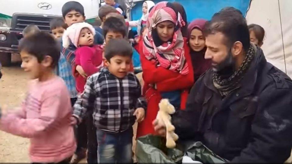 四年造訪敘利亞28次 玩具走私販用生命換「純真笑容」