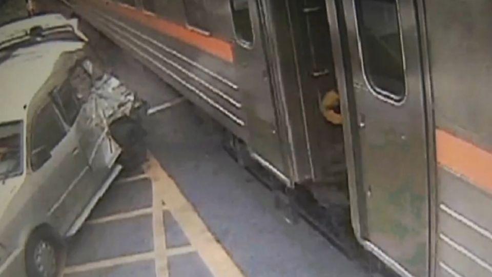 平交道柵欄突打開 休旅車通過遭火車撞