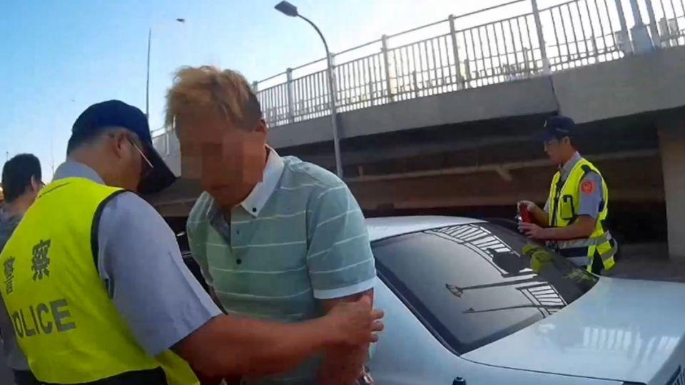 警攔查可疑車輛 乘客滴血低聲喊「救命」