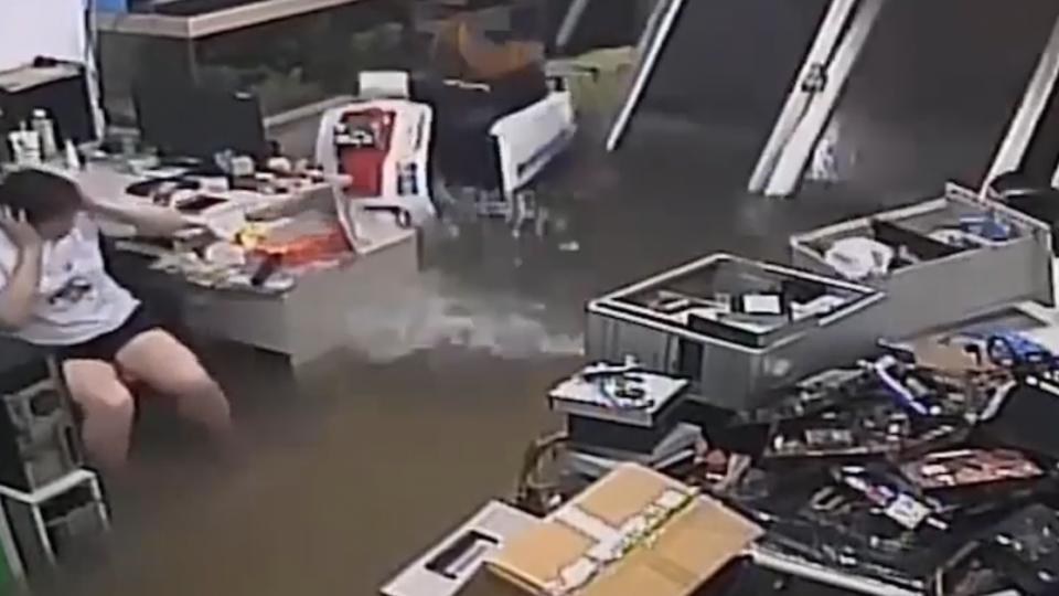 消防車呼嘯而過 淹水路面變大浪衝民宅