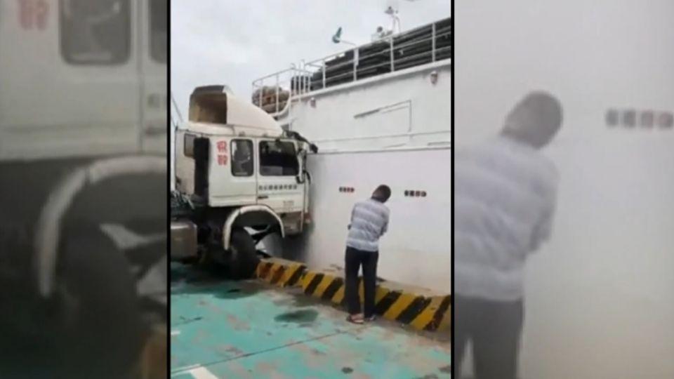 誇張!無人貨櫃車撞漁船 車自行滑落釀禍