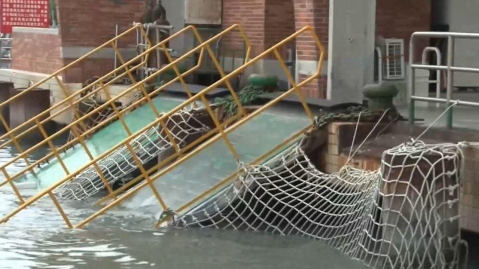嚇!旗津渡輪躉船纜繩斷 挖泥船惹的禍