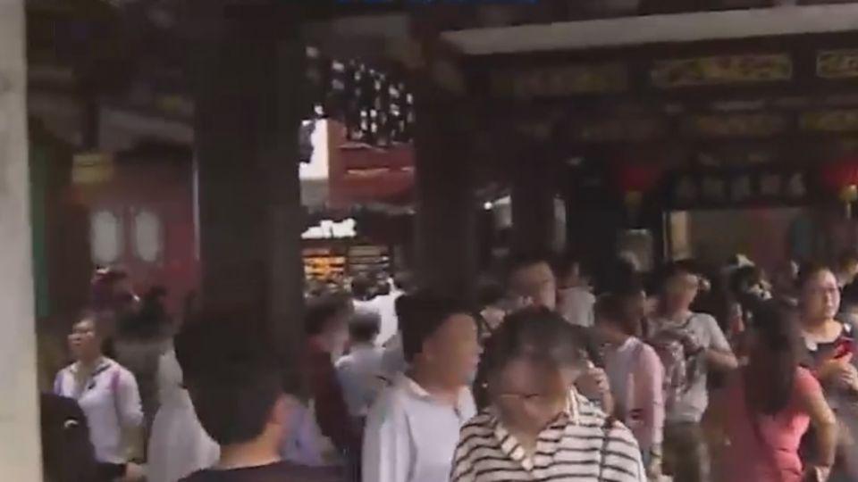 人潮上看22萬人次 上海豫園城隍廟擠爆
